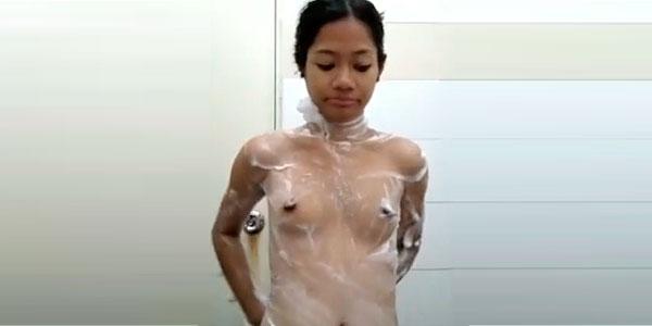 Coreana de 18 años desnuda en la ducha