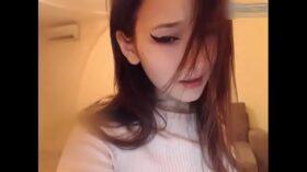hermosa jovencita coreana usando su vibrador en directo